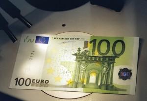 Euro_Geld_ueberpruefung_von_banknoten_2